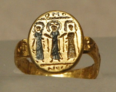 Wedding_ring_Louvre_AC924 Byzantium 7th c AD Wikimedia com no copyright